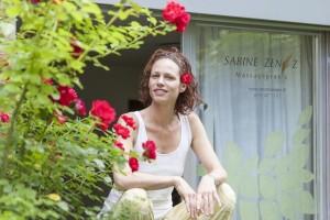 Portrait Sabine Zenz - vor der Massagepraxis - Fotograf Felix Wild